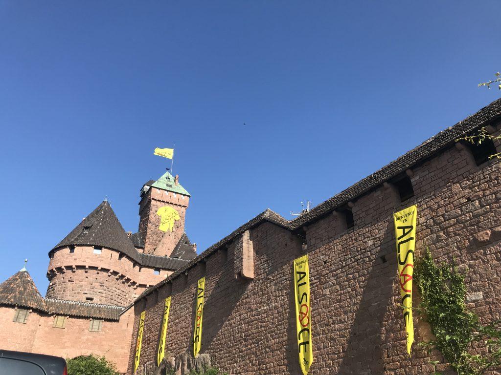 habillage du chateau du haut koenigsbourg avec un maillot jaune geant pour le tour de france
