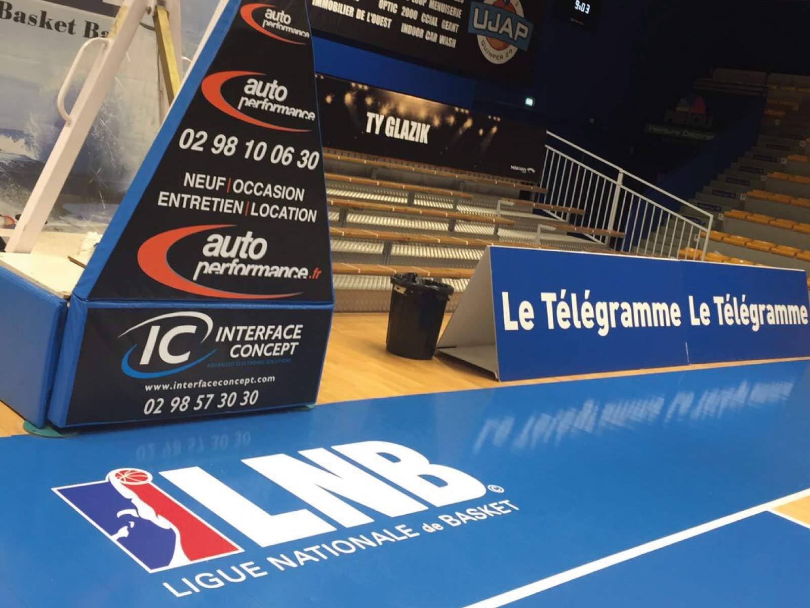 Tobler One panneau publicitaire contour de terrain de basket